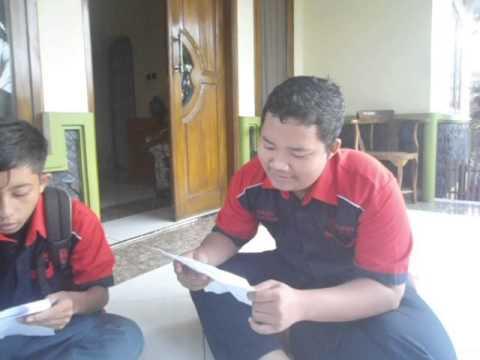 Pelajar bernyanyi Bahasa Inggris