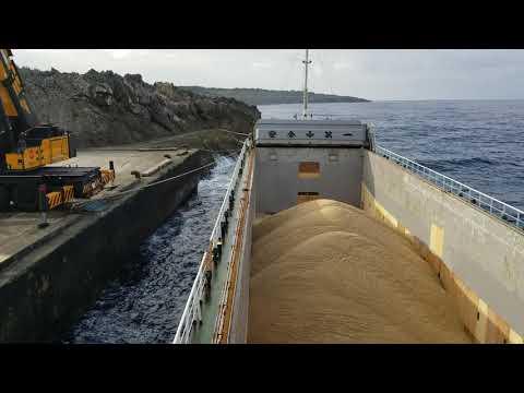 内航貨物船大峰山丸 南大東島で揺れながらの砂糖荷役