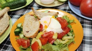 Салат из свежих овощей с яйцом пашот/ Fresh vegetable salad with poached egg.