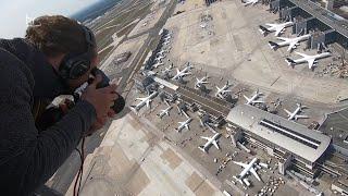 Der frankfurter flughafen – unzählige flieger parken auf dem rollfeld, es starten kaum maschinen. festgehalten aus helikopter, ein bild, so ungewöhnlich,...