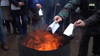 Активісти й пенсіонери палили димові шашки та платіжки під офісом «Житомиргазу»