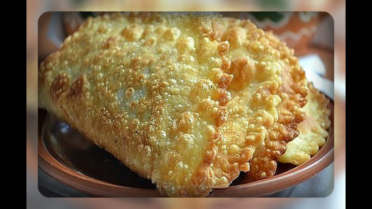 Растопленное сливочное масло слегка взбиваем с яйцом и сразу добавляем в мучную массу.