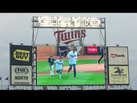 Joe Nathan throws out ceremonial first pitch to old Twins battery mate Joe Mauer