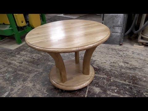 Круглый, простой, без столярных изысков, стол.