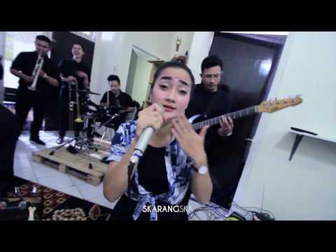 SKARANGSKA - HARIKU DISINI feat Ameii The Silver ( live record akustik )
