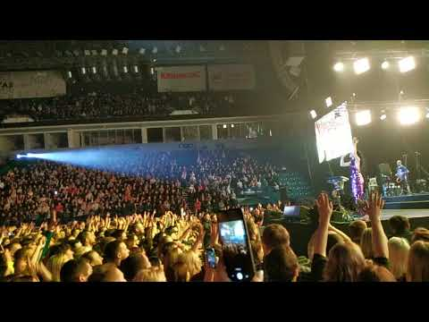 В Уфе Шнур прервал концерт и заставил охрану колдовать на титьки