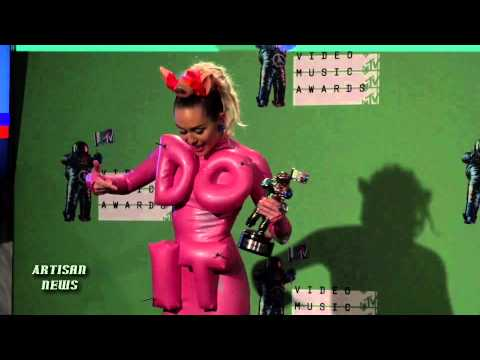 MILEY CYRUS GETS MTV VMA 2015 FOR HOSTING - MORE BACKSTAGE!