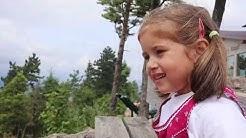 Ziegen füttern im Naturpark Hohe Wand - lerne englisch mit Lucy und Ellie