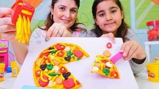 Play Doh pizza! Oyun hamurundan anne ve kızı yemek yapıyorlar