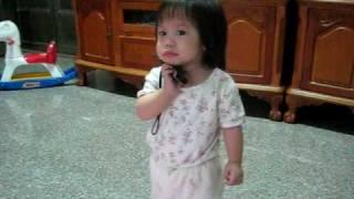 1歲2.4個月_芸芸之長舌婦篇,這麼小就愛講電話(重點是根本還不會說話^^