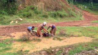 Atolando feio a moto de trilha na lama - BROS DE TRILHA