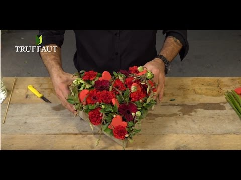 Art floral une composition florale en forme de coeur jardinerie truffaut tv youtube - Comment faire composition florale avec mousse ...