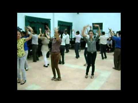 Múa hát tập thể KHĂN QUÀNG THẮM MÃI VAI EM