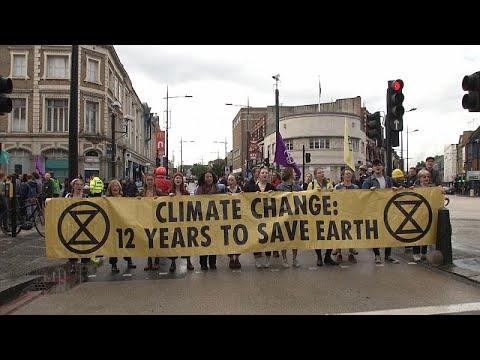 شاهد: مجموعة -تمرد الانقراض- تغلق شوارع لندن لإنقاذ الهواء…  - نشر قبل 2 ساعة
