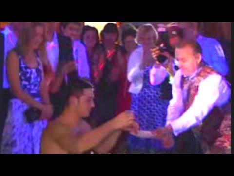 Прикол на свадьбе. Свидетелю пришлось раздеться.  Funny wedding. The witness had to undress