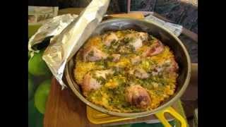 Куриные окорочка в гарнире, запеченные в духовке. // Олег Карп