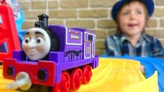 Гонки. ТОМАС и его друзья. Паровозик играет в гонки. Видео для детей.(Адриан и Чарли, паровозик из мультфильма
