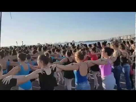 f530d21695a Μπαλαρίνες για Ρεκόρ Γκίνες με πουέντ στη Νέα Παραλία Θεσσαλονίκης ...