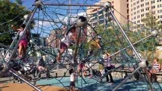Резиновое покрытие на детских площадках в США.(, 2013-09-12T17:33:40.000Z)