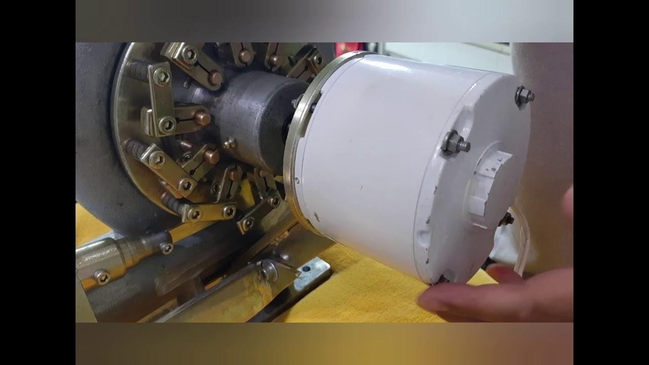 Hidroelétrica com gerador e regulador de tensão.
