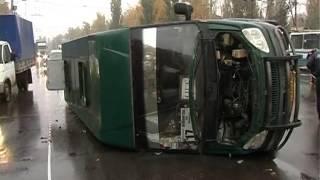 В Сумах сотрудник милиции врезался в маршрутку(16 октября на ул. Харьковская в результате ДТП перевернулась маршрутка, 8 человек получили телесные поврежде..., 2013-10-16T18:24:12.000Z)
