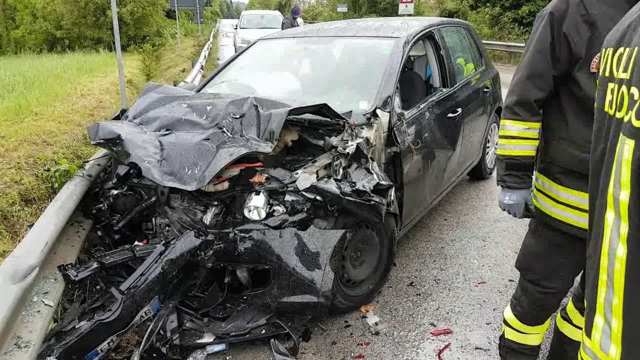 RIMINI: Scontro tra due auto, tre feriti   VIDEO - YouTube