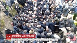 Яйця в обличчя та сльозогінний газ: у Тернополі почубилися депутати міськради