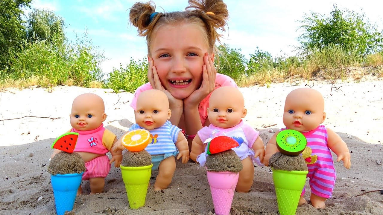Полина играет с мороженым