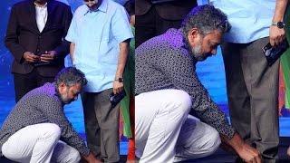Video : తండ్రి కి షూ లేస్ కట్టిన రాజమౌళి -  ss rajamouli ties father vijayendra prasad shoe lace