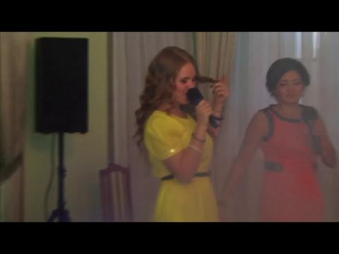 Мама и подружки невесты поют на свадьбе
