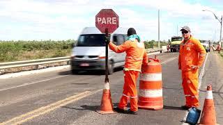 DER realiza operação tapa buraco na ponte da Cidade Alta em Limoeiro do Norte