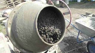 Замес бетона КПКБ (беспесчаного)(На видео - процесс приготовления крупнопористого керамзитобетона. Последовательность такова - сначала..., 2015-12-28T16:46:43.000Z)