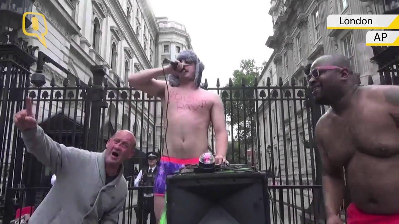 Visible, Naked men and pet