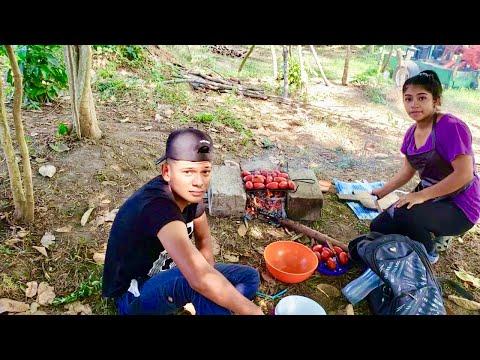 Marcos Observando Como Cocina Su Esposa La Chinita En El Rio