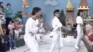 Marcos Pasquim dançando e cantando
