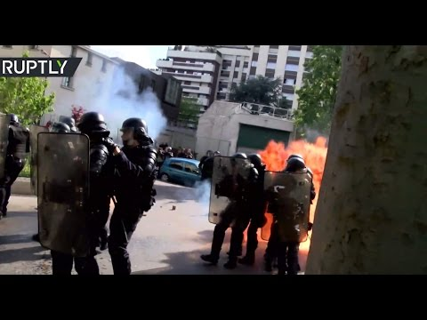 Protesters attack police with Molotov cocktails in Paris