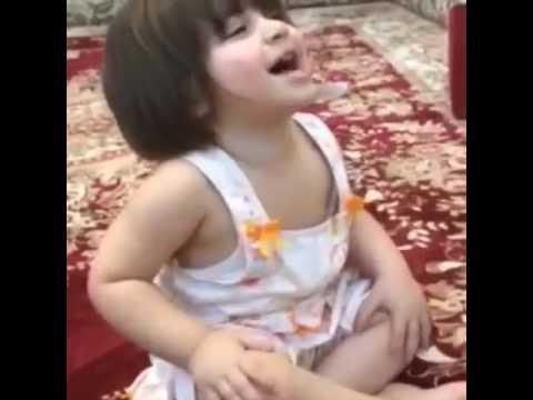 البنت تسلك لابوها قلو ماشاءالله 👍