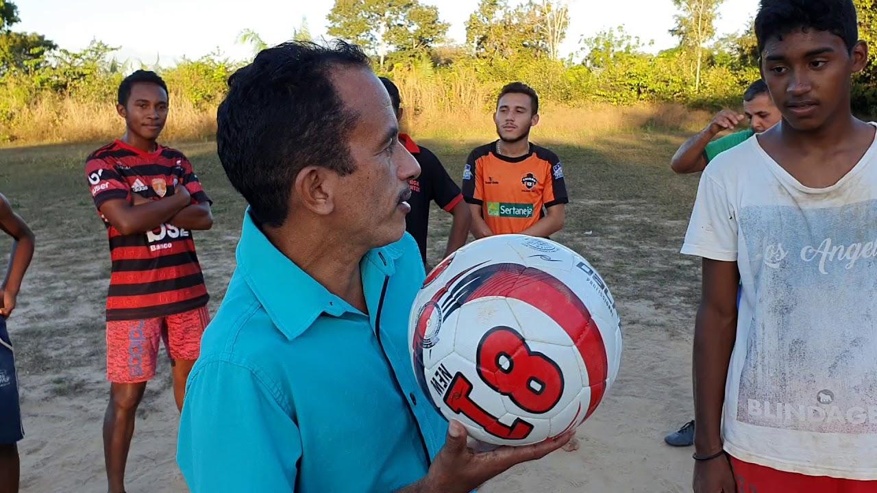 Manoel Gomes caneta azul marca gol no Interior com seus amigos de infância
