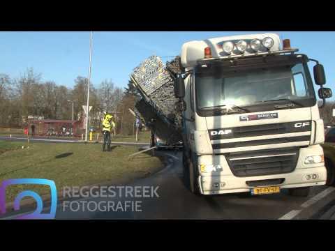 Vrachtwagen dreigt lading te verliezen op rotonde