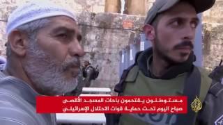 قوات الاحتلال تبعد المصلين من باب الأسباط وتعتقل أحدهم