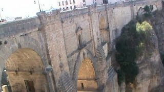南スペイン、アンダルシア地方、ロンダのスペイン最古の闘牛場からヌエ...