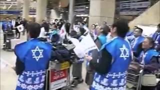 空港内で大声を出して合唱するカルト教団