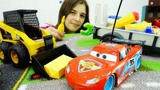 ТАЧКИ Молния Маквин видео про МАШИНКИ: Маквин переезжает в новый гараж. Машинки ПОГРУЗЧИК и прицеп(Машинка Молния Маквин из мультика