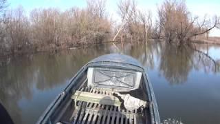 моторка по не большой реке
