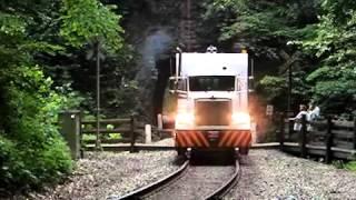 Rodoferroviário passando em túnel natural