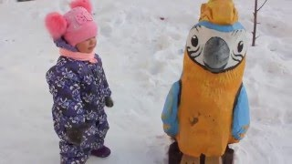 видео Зимняя прогулка с ребенком