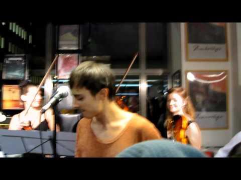Dum av dig - Daniel Adams-Ray på Bengans Stockholm