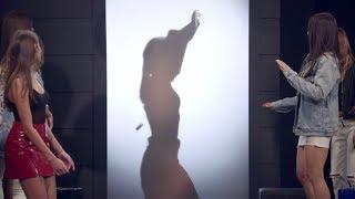 Modelo dá show ao arrancar a blusa na prova do striptease thumbnail