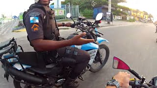 POLICIAIS LEVANDO ENQUADRO DA POLÍCIA