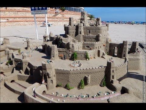 Замки и фигуры из песка на пляже в Испании, Orihuela Costa, La Zenia